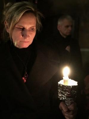 W czasie jutrzni wierni zapalają i gaszą świece