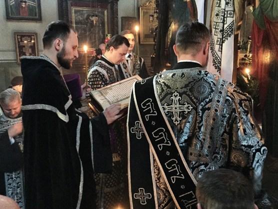 Ewangelię czyta ks. dr Andrzej Konachowicz
