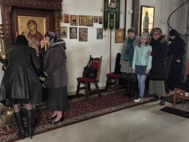 Skromna grupa pielgrzymów z Lublina w czasie Boskiej Liturgii