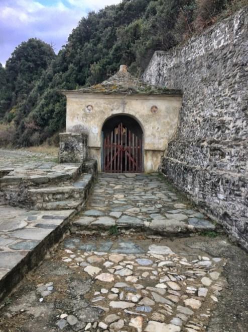 ŹRÓDŁO U PODNÓŻA MONASTERU IVERION, GDZIE PRZYPŁYNĘŁA CUDOWNA IWIERSKA IKONA BOGURODZICY
