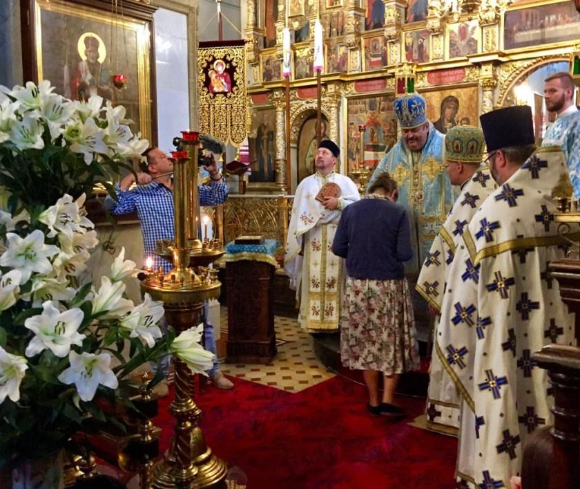 Siostra Weronika odbiera ikonę od Władyki Abla