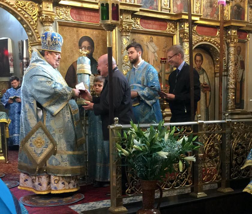 Bazyli Piwnik wręcza JE Ablowi złoty medal św. św. Braci Sołuńskich