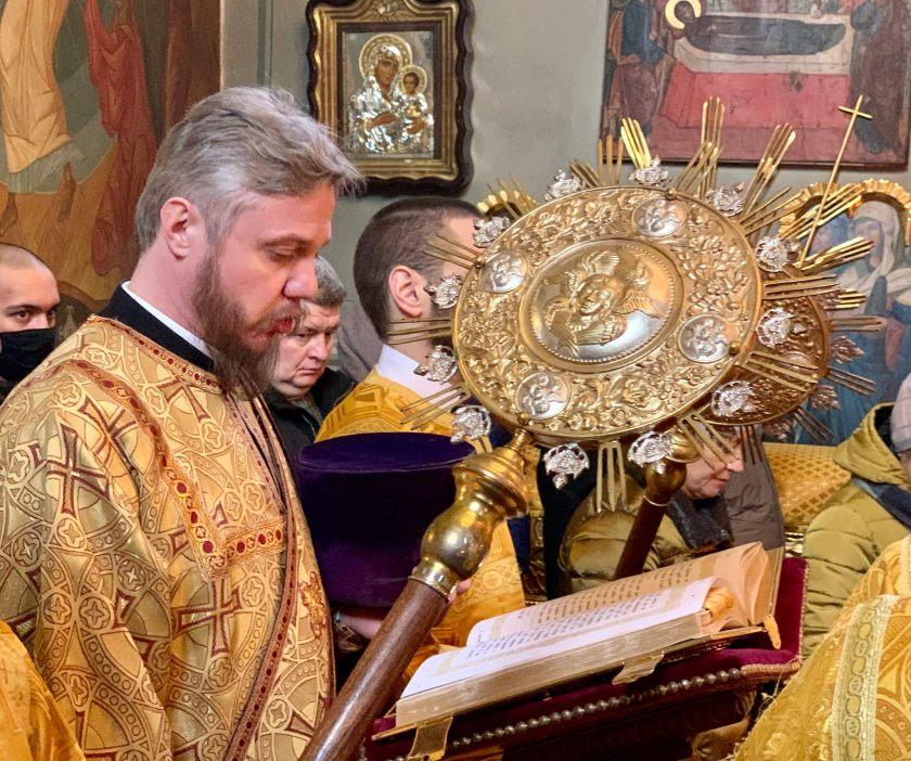 Ewangelię czyta ks. protodiakon Marek Waszczuk