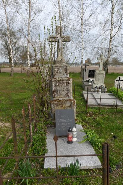 Groby we wsi Szpaki zamordowanych mieszkańców Nosowa