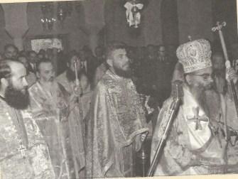 Στα δεξιά ο Μητροπολίτης Παραμυθίαςκαι στο κέντρο, ως πρωτοσύγκελλος τότε, ο Ιωαννίνων Θεόκλητος.