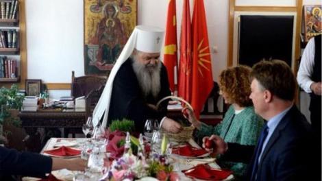 Ο σχισματικός αρχιεπίσκοπος Σκοπίων τσούγκρισε αυγά, υπό τον Ήλιο της Βεργίνας