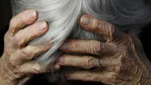 Το video της ντροπής από τη σύλληψη της γιαγιάς που πουλούσε παντόφλες στη λαϊκή αγορά