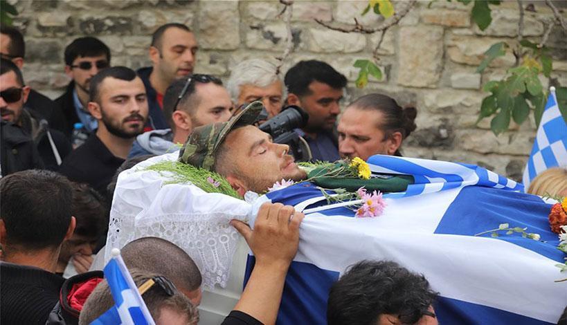 Κηδεία Κατσίφα: Γέμισαν με ελληνικές σημαίες οι Βουλιαράτες