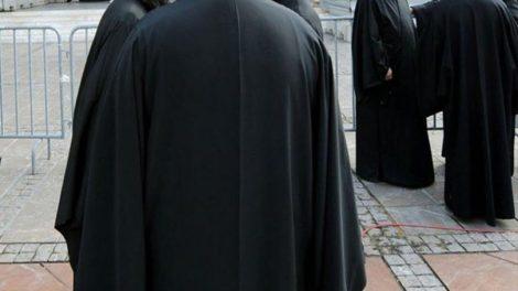 Ελλάδα | Σε δίκη ο ιερέας που πυρπολούσε καρναβαλικές κατασκευές