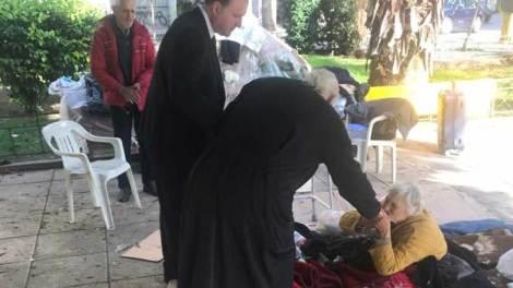 Ελλάδα | «Βρείτε διαμέρισμα και αναλαμβάνω όλα τα έξοδα», είπε ο Αρχιεπίσκοπος στους άστεγους που επισκέφθηκε