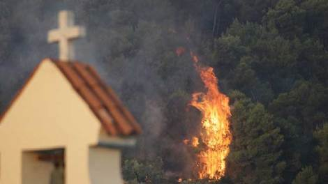 Κορινθία: Σκληρή μάχη συνεχίζουν να δίνουν οι πυροσβεστικές δυνάμεις με την πυρκαγιά