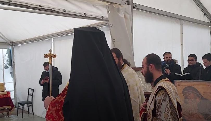 Ο Μητροπολίτης Ελασσόνας ιερουργεί σε τέντα για τους σεισμόπληκτους στο Δαμάσι