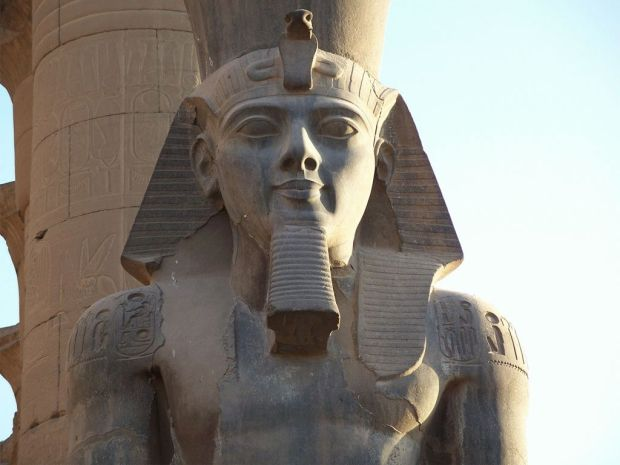 Luxor_Temple_Ramesses_II_Colossus-1024-768