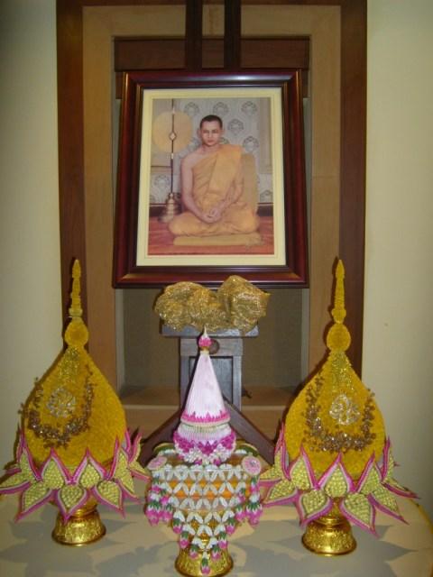 Небольшой частный алтарь поклонения «гению короля Таиланда»