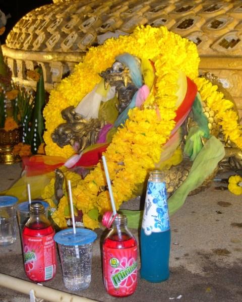 Идол трёхголового «Змея Горыныча» на пляжном алтаре о.Пхукет с дарственными лентами из цветов и приношениями.