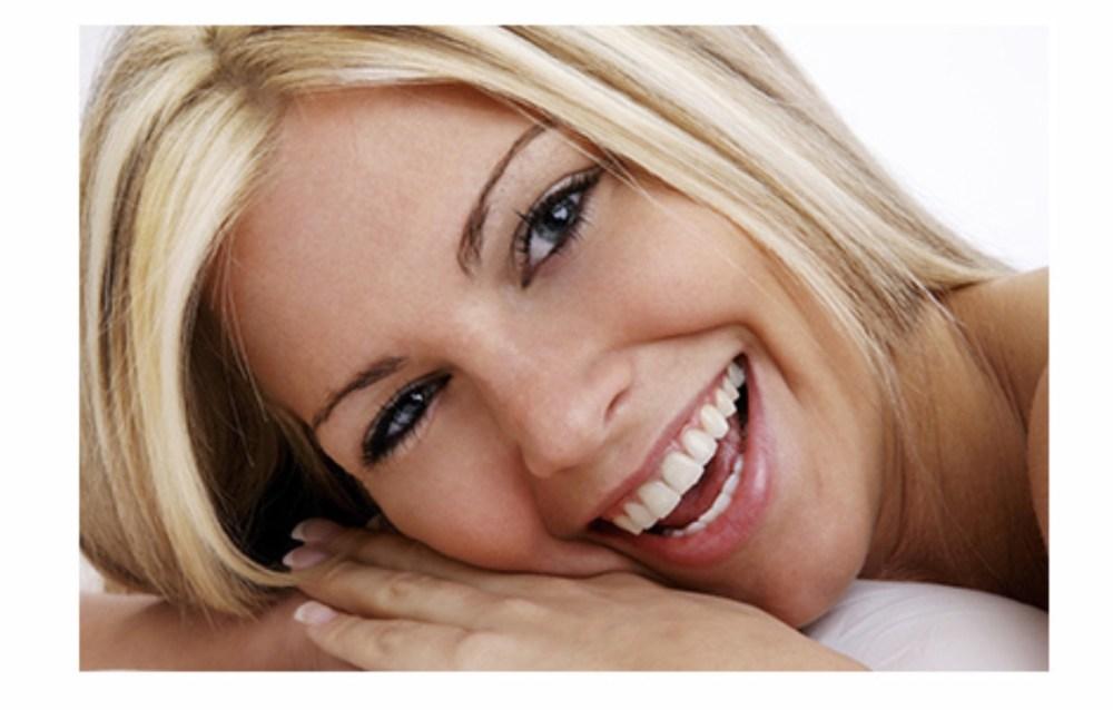 dziewczyna uśmiechnięta po leczeniu ortodontycznym aparatem Invisalign