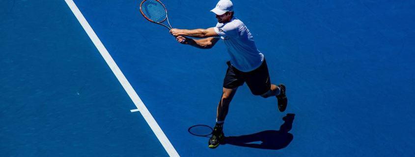 Cotovelo de tenista pode ser provocado pelo backhand com baixa técnica