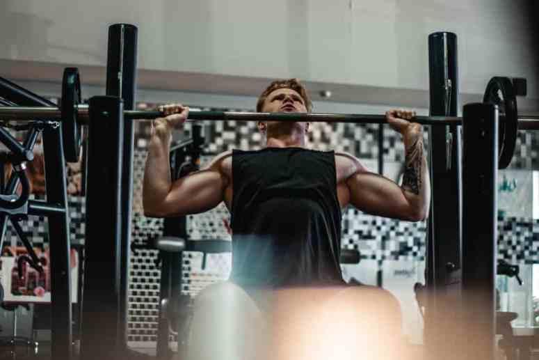 faça 2 ou 3 séries com carga baixa para aquecer a musculatura do ombro e ativar corretamente a circulação