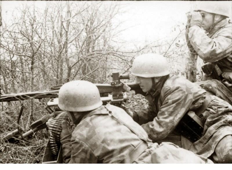 Padobranci Vermahta naoružani MG-42