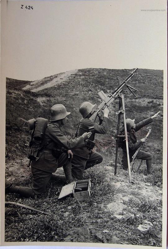 Čehoslovački vojnici dejstvuju iy ZB 26 sa PA postolja