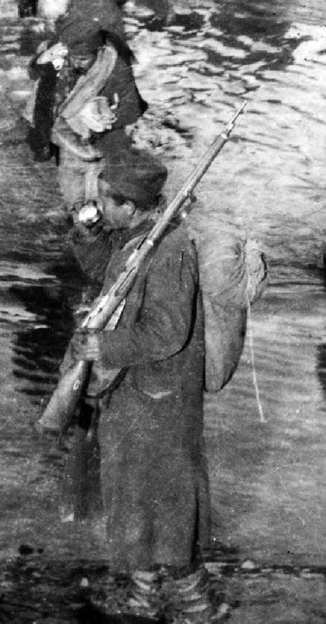 Prelaz XIII peš. puka ''Hajduk Veljko'' preko reke Išme u Albaniji, borac je naoružan pešadijskom puškom M1891/10, 1915-1916. Foto Dragiša M. Stojadinović. (VM, R-2015, detalj)