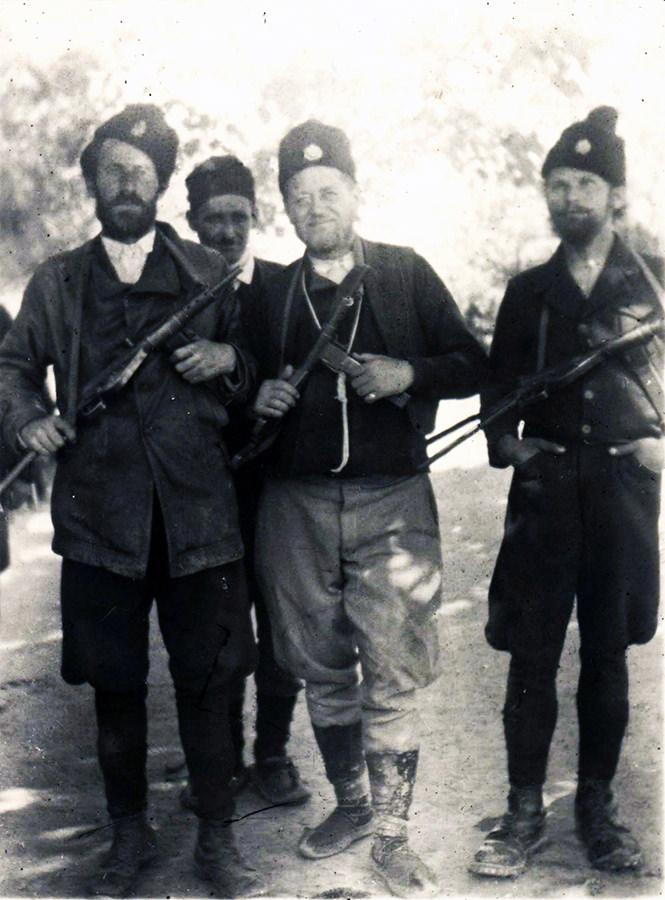 Četnik naoružan Stenom MkII