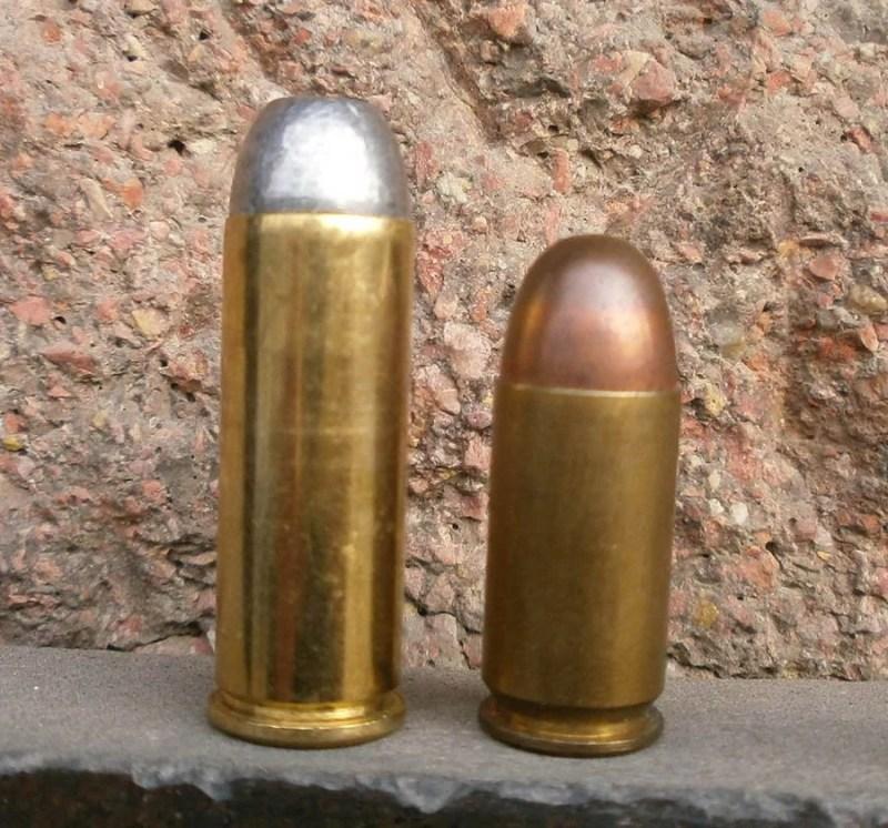 Levo 45 Colt, standardno punjenje sa zrnom RNFP i 45 ACP takodje standardno punjenje sa zrnom FMJ, RN.