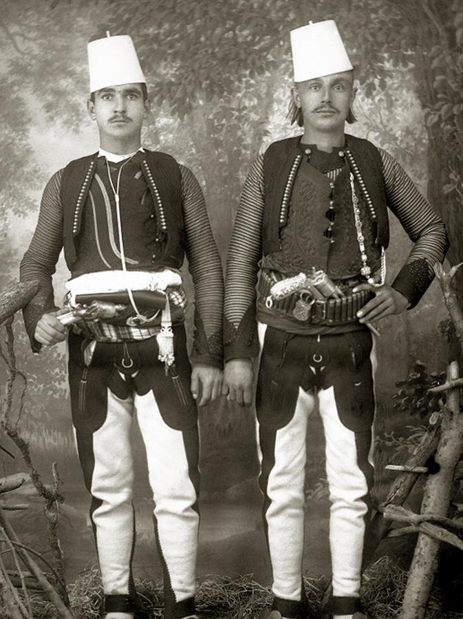 Knjaževi ordonans-ađutanti: Muhamedanac (H. Beg Mušović) i pravolsavac (M. Gazivoda). Plave pantalone, crvena, vezena jaka, čizme sa visokim sarama. Montenegrinische Armee, Wien, 1900, fig.8