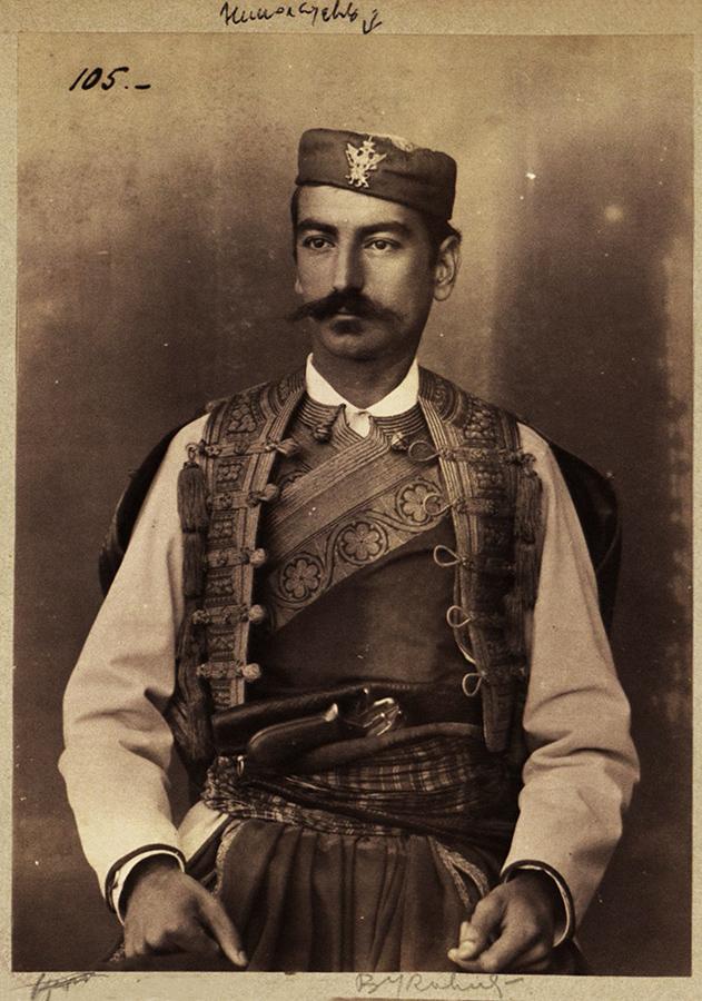 Vojvoda Gavro Vukotić 1886, za pojasom gaser M1870. Album Crna Gora u vreme kralјa Nikole I, NBS, 54, 105