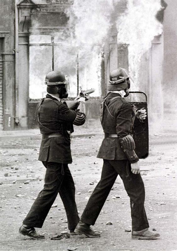 Neredi u Severnoj Irskoj 1969. Policajci koriste Schermuly puške