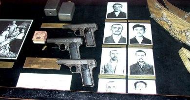 Izložba Vojno-istorijskog muzeja u Beču 2010 godine: u vitrini su izložena tri brauninga M1910 i dve ručne bombe bez navedenih serijskih brojeva u legendi M1904/12.