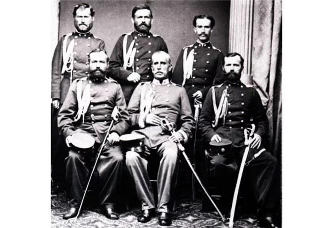 Жандармеријски официри 1865. године са командантом, Милошем Брком (седи у средини). (Фото Ана Фелдман, Архив САНУ)