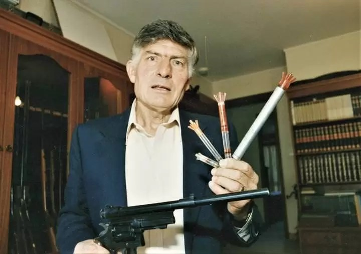 Kolin Merdok sa svojim izumima - modifikovani revolver Smith and Wesson i injektorske strelice.