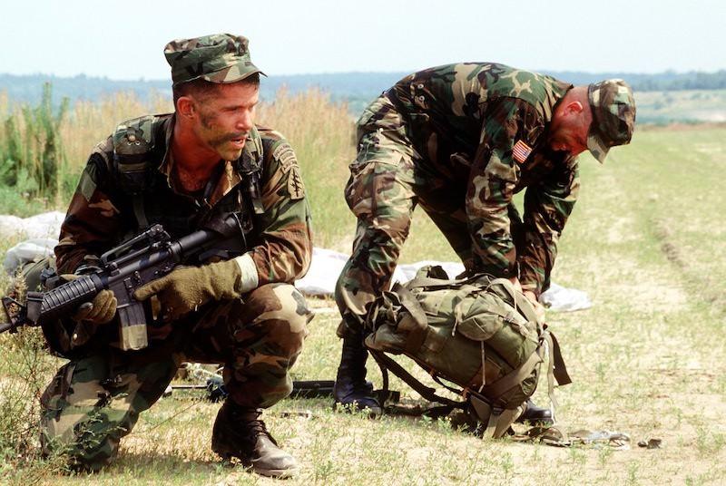 2 Pripadnici 10th SFG(A) naoruzani karabinima M4 1995 godine 1995 M4 (Medium)