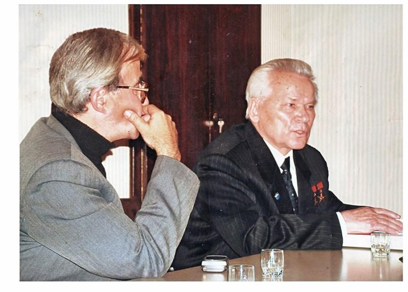 Autor clanaka u razgovoru sa Mihailom Kalasnikvom, Beograd 2003