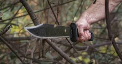 Cold-Steel-Bowie-Machete-chopping-through-brush
