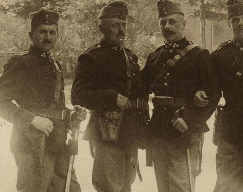 Austrijski husar naoruzan pistoljem Roth-Steyr M07 (u sredini)
