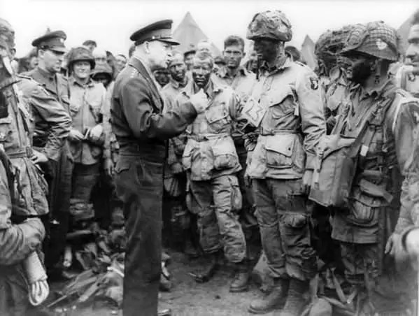 General Ajzenhauer u razgovorima sa pripadnicima 506. padobranskog pešadijskog puka na manevrima u Engleskoj