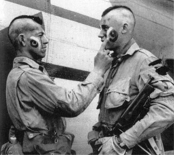 Dva pripadnika 506. puka stavljaju ratničke boje uoči desanta na Normandiju