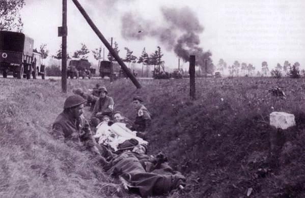 Američki bolničari pomažu ranjenim britanskim padobrancima