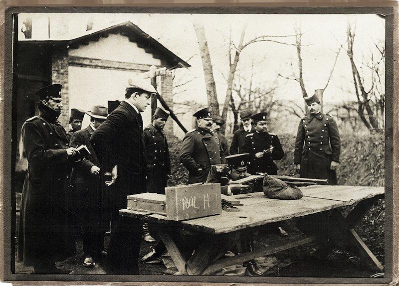 Nedelјko Vučković na čelu komisije u Kragujevcu 1908. godine testira ručni mitralјez 7mm Hotchkiss Mle.1909 Benet-Mercie