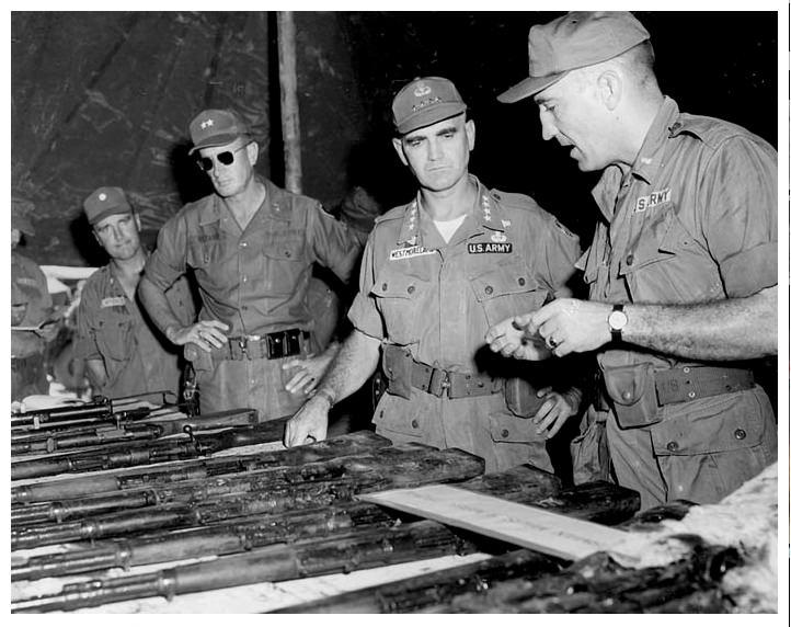 Zapovednik snaga SAD u Vietnamu William Childs Westmoreland pregleda oruzje zaplenjeno od Vijetkonga.