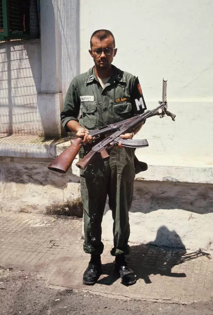 Kapetan Harvey sa AK-47 i vojnom pumparicom Winchester