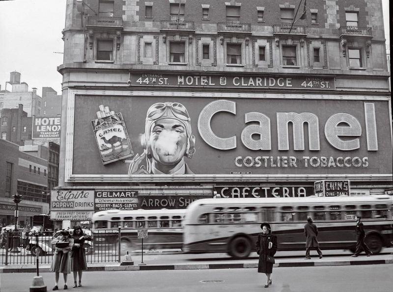 Kultni bilbord sa cigaretama Camel na Times Square-u postavljen 1941, bio je izložen 26 godina. Na bilbordu sa predstavom pilotom koji puši, para se koristila da simulira dim cigarete.
