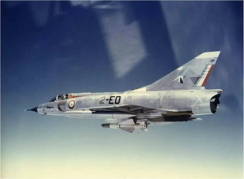 Francuski lovac Mirage IIIC naoružan raketom V-VMatra R-530 u letu
