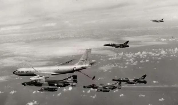 AvioniF-105G Wild Weasel IIIi avioniF-4E Phantom-IItokom dopune gorivom iz tankeraKC-135Anaputu ka Severnom Vijetnamu tokom vazdušne operacijeLinebacker1972. godine