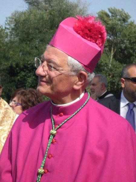 Monsignor Tuzia sta incontrando  preti, religiosi, diaconi e laici