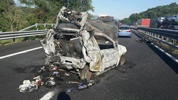 Madre con due figli muoiono carbonizzati in macchina, tragedia sull'A1