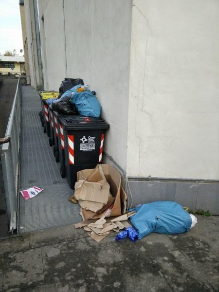 Bidoni condominiali boccheggiano sotto sacchi della spazzatura, la foto segnalazione di alcuni residenti allo Scalo