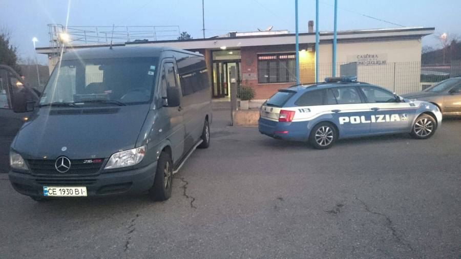 Smembrano una moto e la dividono in tre scatole, denunciati dalla PolStrada.